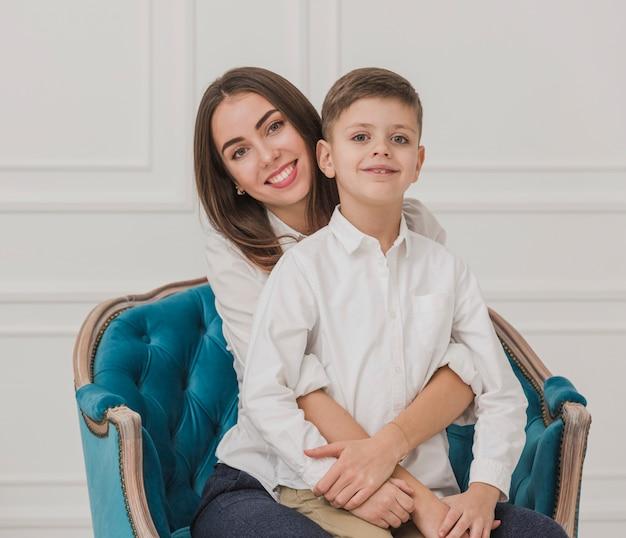 Portrait de mère et fils posant