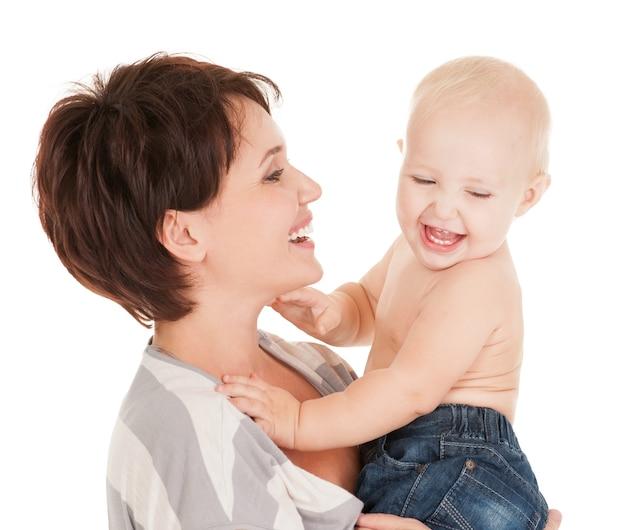 Portrait de la mère heureuse avec bébé souriant sur fond blanc