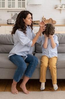 Portrait de mère inquiète avec fils qui pleure