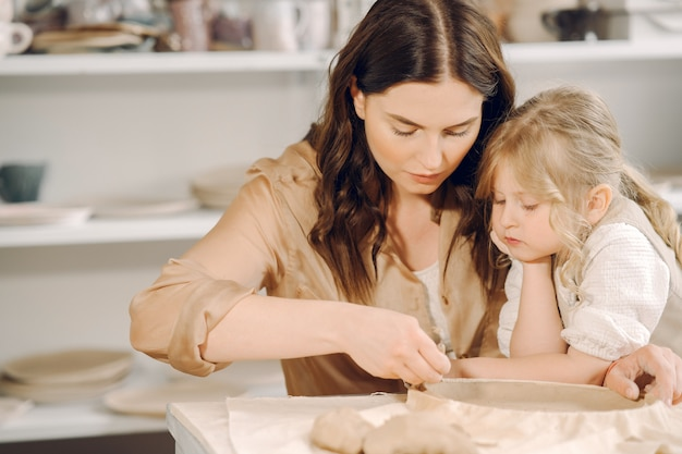 Portrait de mère et petite fille façonner ensemble l'argile