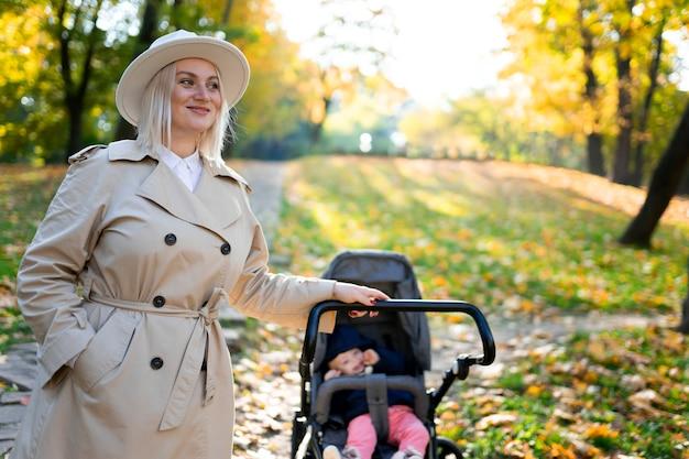 Portrait de mère avec poussette dans le parc