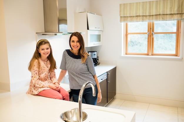 Portrait de la mère et sa fille dans la cuisine