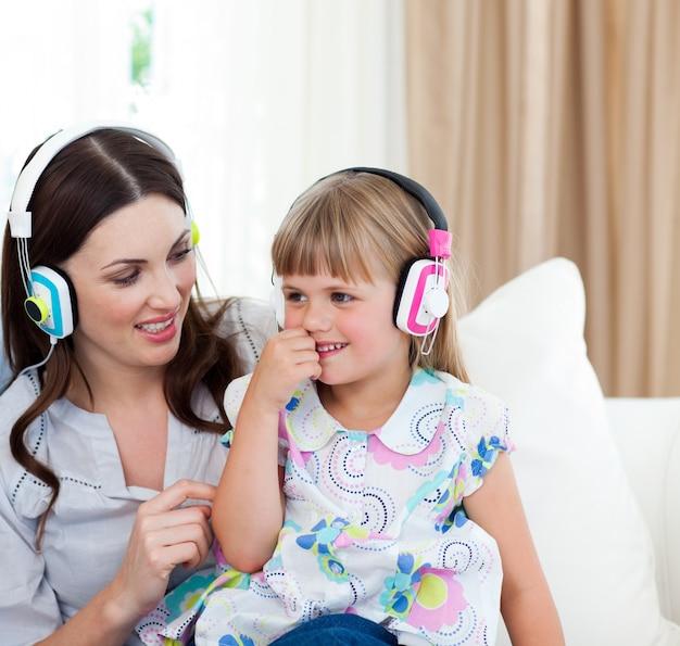 Portrait d'une mère et sa fille écoutant de la musique