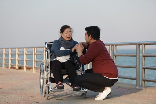 Portrait de mère senior asiatique et fils de jeune homme sourire et visage heureux