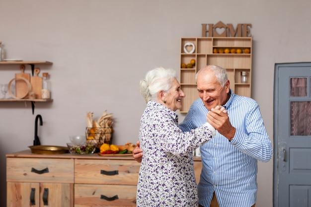 Portrait, de, mignon, couples aînés, danse