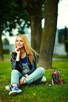 Portrait, de, mignon, drôle, blond, moderne, sexy, urbain, jeune, élégant, femme souriante, femme, modèle fille, dans, brillant, moderne, tissu, dehors, séance, dans parc, dans, jean, à, sac rose