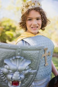 Portrait de mignon garçon se faisant passer pour un chevalier