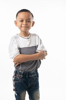 Portrait de mignon garçon thaïlandais asiatique isolé sur fond blanc