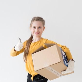 Portrait, de, mignon, jeune, tenue, boîte recyclage