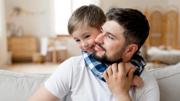 Portrait de mignon père et enfant