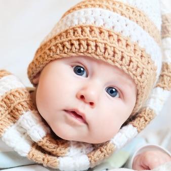 Portrait de mignon petit bébé en bonnet tricoté