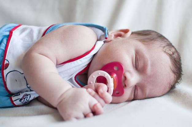 Portrait de mignon petit bébé dormant paisiblement