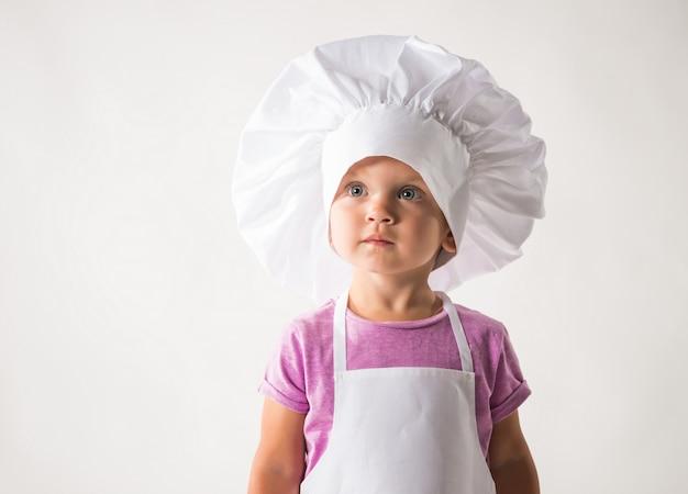 Portrait d'un mignon petit enfant dans une toque