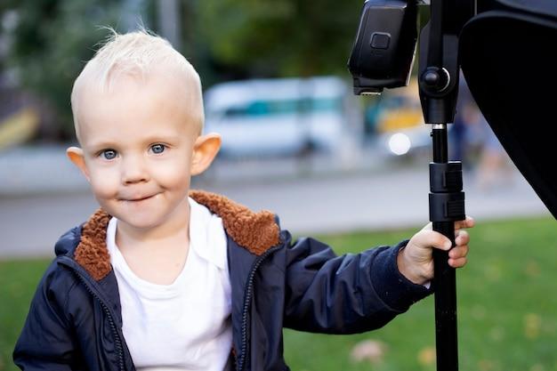Portrait de mignon petit garçon blond