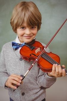 Portrait, de, mignon, petit garçon, jouer violon