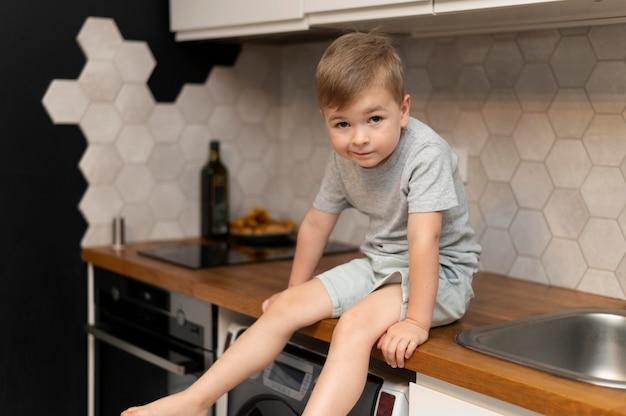 Portrait de mignon petit garçon à la maison