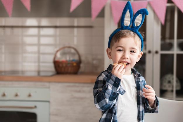 Portrait de mignon petit garçon avec des oreilles de lapin