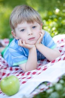Portrait de mignon petit garçon