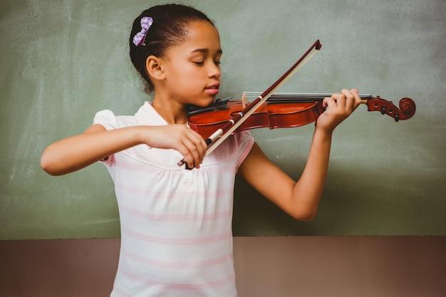 Portrait de mignonne petite fille jouant