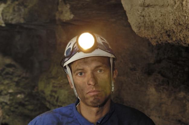 Portrait d'un mineur à l'intérieur d'une mine