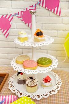 Portrait de mini gâteau et beignets mis en place pour la fête d'anniversaire de l'enfant