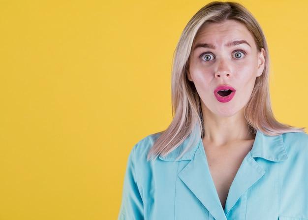 Portrait minimal d'une femme choquée