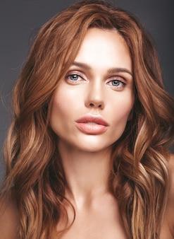 Portrait de mode beauté du jeune mannequin femme blonde avec un maquillage naturel et une peau parfaite posant