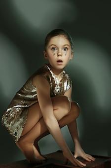 Le portrait de mode de la belle jeune adolescente au studio