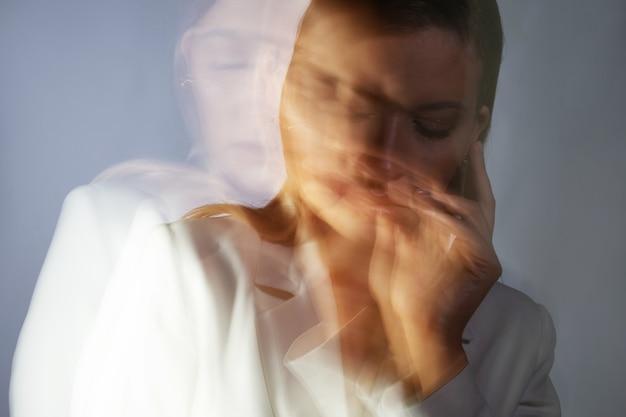 Portrait de mode avec effet de flou en mouvement à une vitesse d'obturation longue