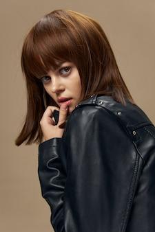Portrait de mode élégant d'une femme avec un carré en studio, peau parfaite sans retouche
