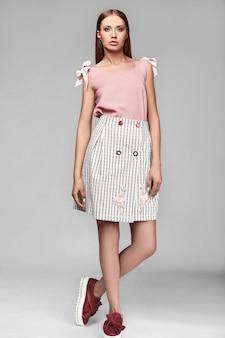 Portrait de mode élégante swag jeune femme en jupe