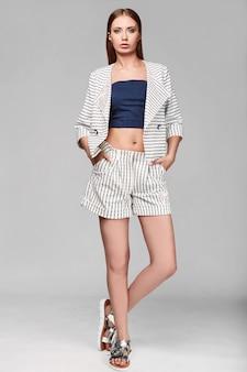 Portrait de mode élégante swag jeune femme en veste