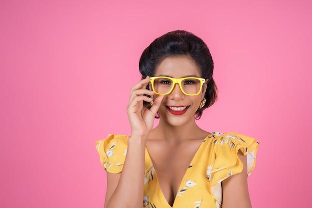 Portrait de mode femme action avec lunettes de soleil