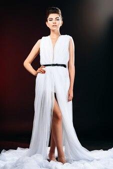Portrait, mode, femme, debout, blanc, robe