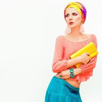 Portrait de mode de la fille élégante sensuelle