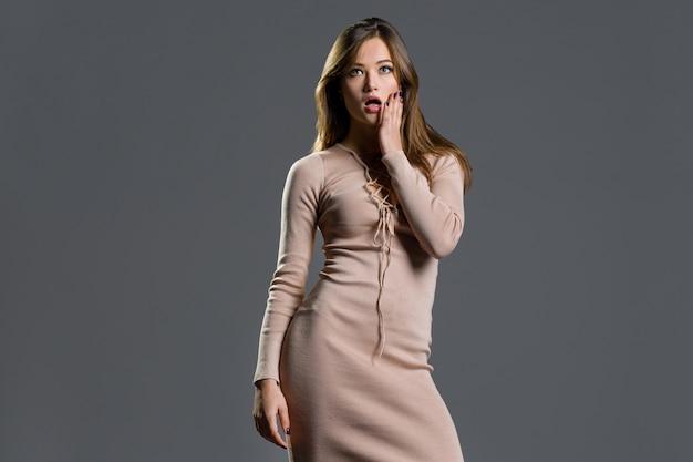 Portrait à la mode d'une fille élégante