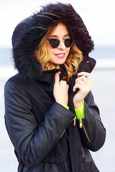 Portrait de mode en plein air de jeune femme élégante portant des lunettes de soleil et merlu ver