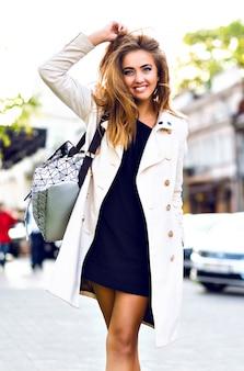 Portrait de mode en plein air d'une superbe femme blonde sexy, voyageant seule en europe