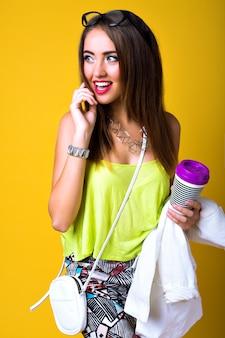 Portrait de mode positif lumineux de jolie jeune femme, tenue élégante au néon à la mode, smart casual, émotions mignonnes