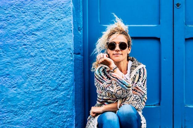 Portrait de mode de vie coloré et branché de la belle jeune femme caucasienne d'âge moyen