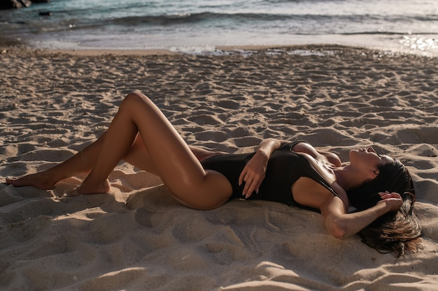 Portrait de mode de vie d'été de jolie jeune femme bronzée
