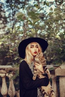 Portrait de mode de vie en plein air de jolie jeune fille, portant dans un style grunge hipster swag urbain. image aux tons vintage rétro, simulation de film. promenade dans la rue