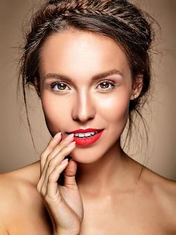 Portrait de modèle de belle femme avec du maquillage quotidien frais et des lèvres rouges