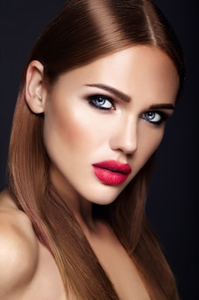 Portrait de modèle de belle femme avec maquillage de soirée et coiffure romantique. lèvres rouges