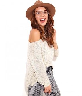 Portrait de modèle de jeune fille élégante dans des vêtements d'été décontractés en chapeau brun avec du maquillage naturel dans des verres isolés.