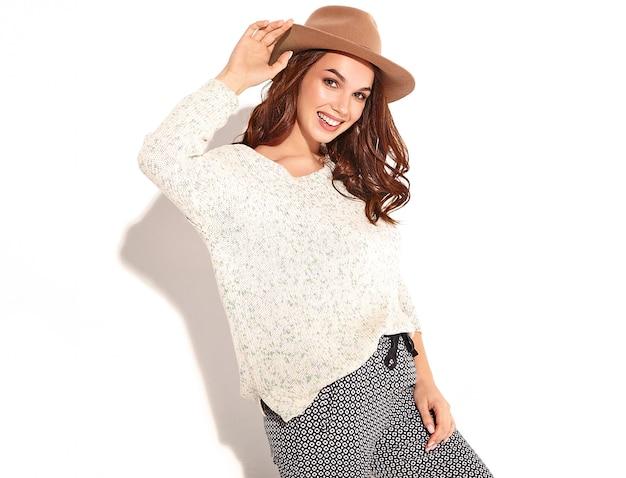 Portrait de modèle de jeune fille élégante dans des vêtements d'été décontractés en chapeau brun avec maquillage naturel isolé.