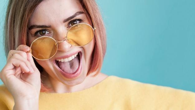 Portrait de modèle avec la langue dehors
