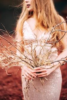 Portrait d'un modèle de mariée dans une robe de soirée de mariage doré