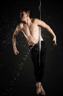 Portrait de modèle masculin attrayant posant