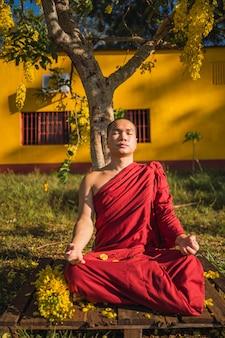 Portrait d'un moine bouddhiste aux yeux fermés en pleine méditation.